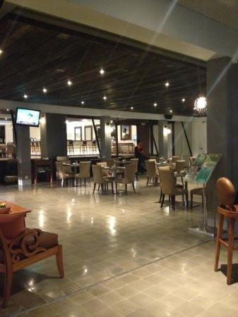 Sun Island Hotel Kuta: lower level of restaurant area