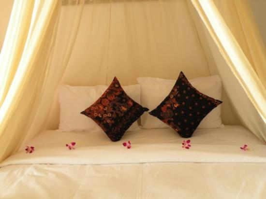 Aminjirah Resort: our bed