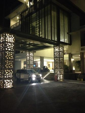 Sun Island Hotel Kuta: pickup/drop off area at the front