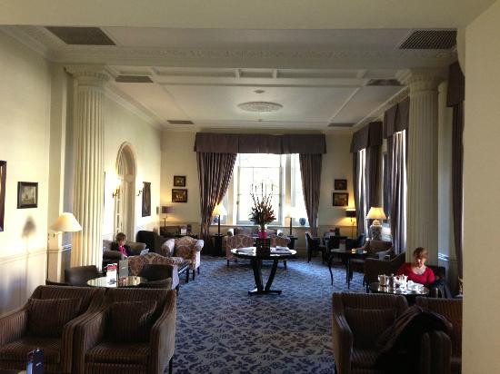 Macdonald Bath Spa Hotel: Relaxed bar area - wonderful tea & cookies by the fire!