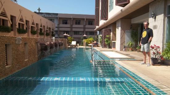 Maninarakorn Hotel: La piscina