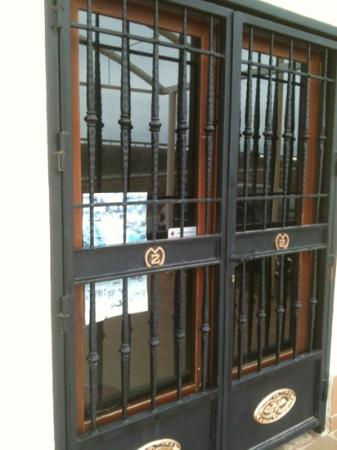 Museo de Carruajes y Motocicletas Zamar: Las puertas del museo cerradas como no....