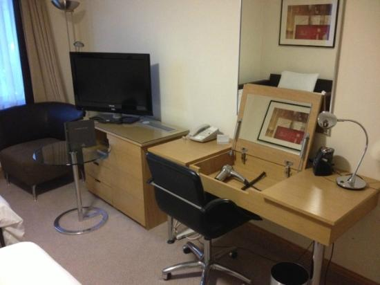 Hilton Manchester Airport: desk/tv/hair dryer