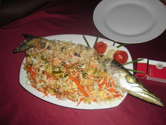 Dinu's Resort: Fresh baracuda cooked for us by Dinus mother.