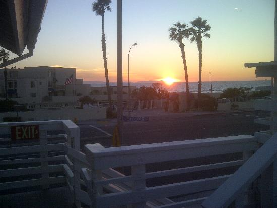 Huntington Surf Inn: Evening view.