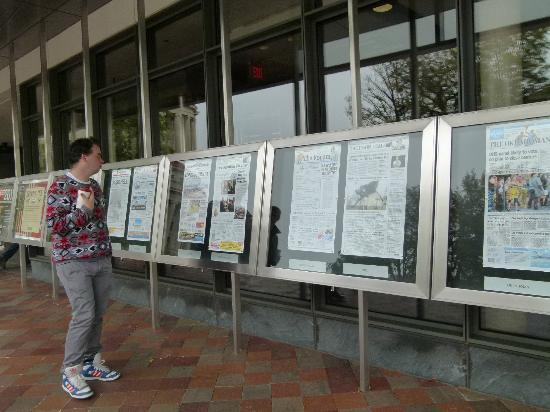 Музей журналистики и новостей: Todays front pages from all 50 states in front of Newseum