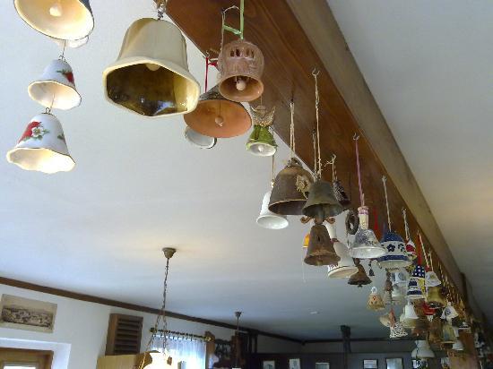 Bohemia: Centinaia di campane appese lungo la trave, probabilmente doni di viaggiatori da tutto il mondo.