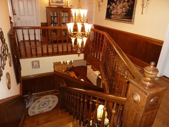 Harmony Hill Bed & Breakfast: Beautiful staircase to rooms