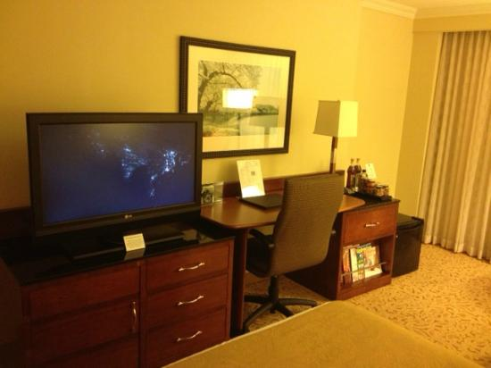 JW Marriott Washington DC: desk/tv