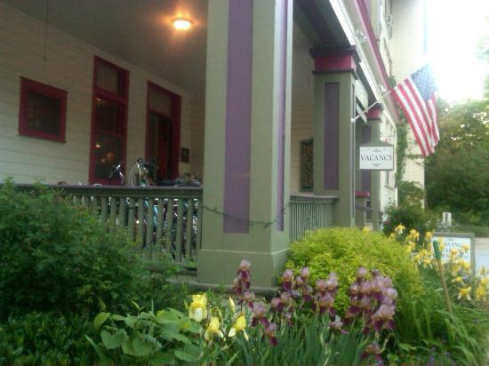 Terrace Inn and 1911 Restaurant : Front Porch of the Inn