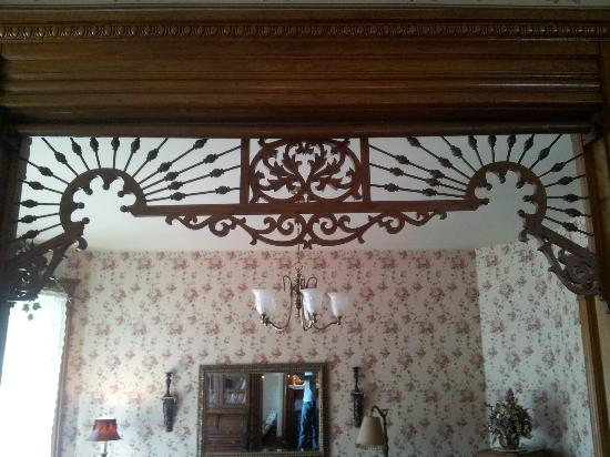 Hasseman House B&B: Intricate woodwork over a doorway
