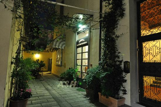 Residence La Contessina : Entrance night view (inside courtyard)