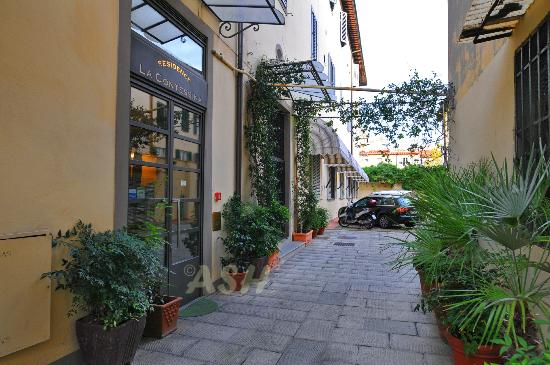 Residence La Contessina : Entrance, with free parking for 10 cars (first come first serve)