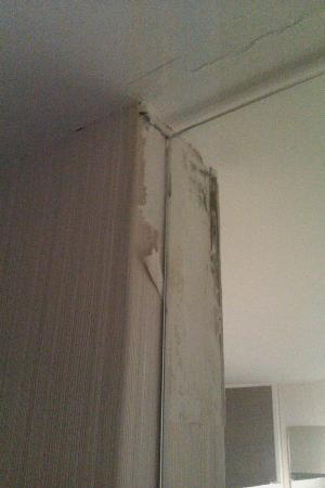 Petit Palace Chueca: los behang bij deur naar badkamer