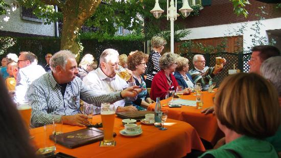 Hotel Baeren: Ankunft im Biergarten