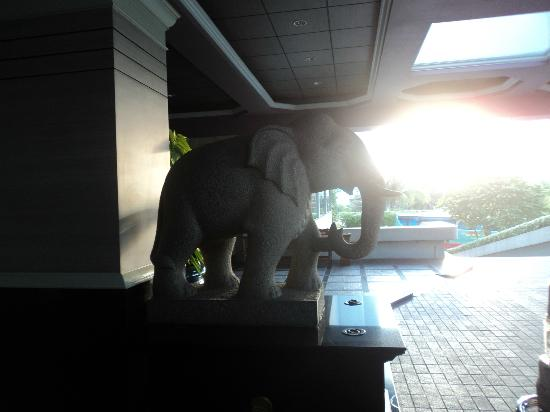 Golden Tulip Sovereign Hotel Bangkok: Entrance of the hotel- i love elephants :)