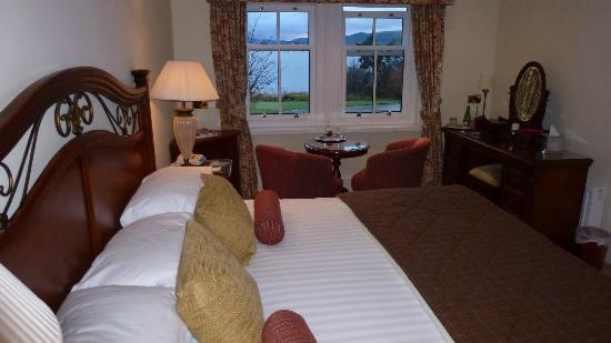 Taychreggan Hotel: Bedroom over the Dining room with loch view