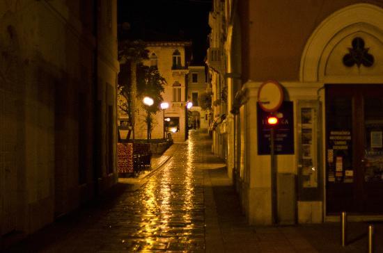 Valamar Riviera Hotel & Residence: Strasse zur Altstadt
