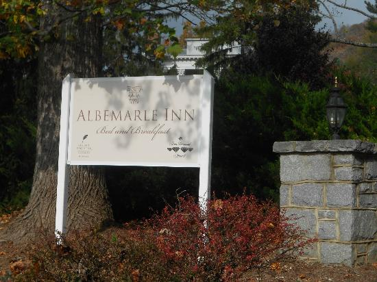 Albemarle Inn: The entrance and driveway.
