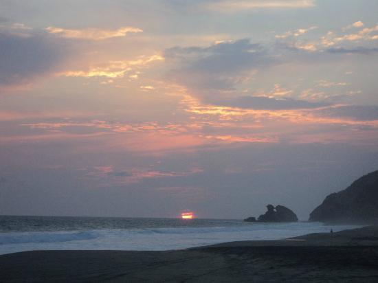 Celeste Del Mar: Atardecer en Playa Mermejita