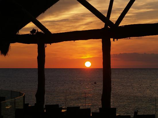 Presidente Inter-Continental Cozumel Resort & Spa: Sunset from the Palapa restaurant