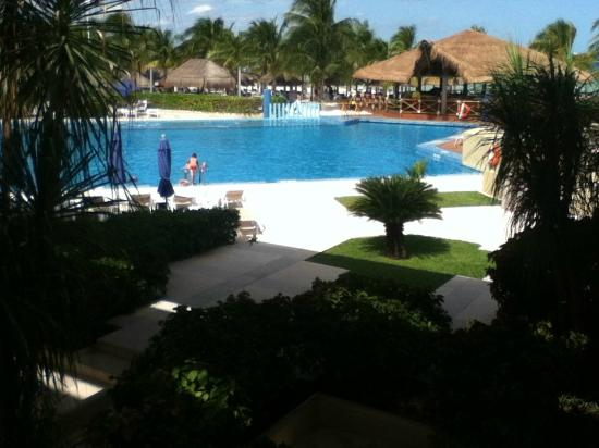 Presidente InterContinental Cancun Resort: Pool area