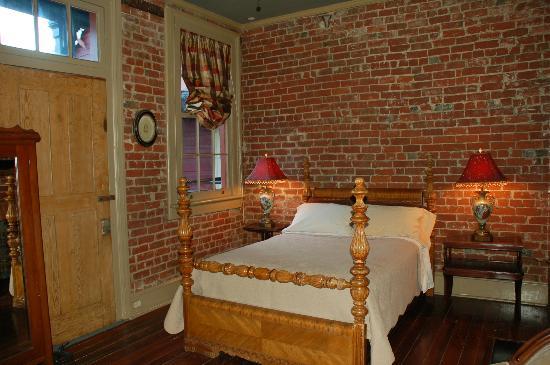 Margaret Gardens Inn: Creole Room, with three doors leading to balcony