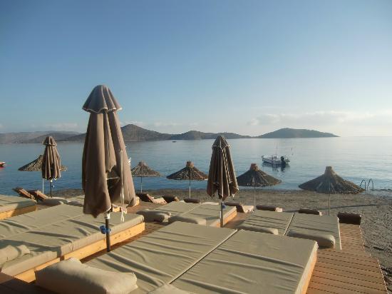 Sensimar Elounda Village Resort & Spa by Aquila: lits de repos sur le bord de mer
