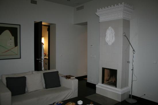 Hotel Bergs: Гостиная и дверь в ванную комнату