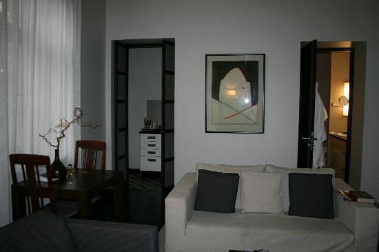 Hotel Bergs: Из гостиной открытые двери ведут в кухню