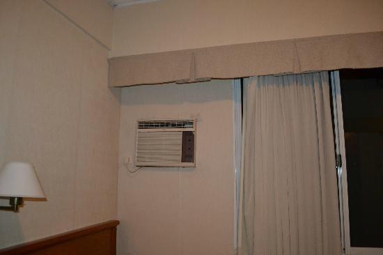 Waldorf Hotel: aire acondicionado, cortina y pared sucia