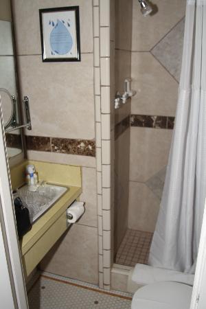 Hotel Nevada: Liliputian bath