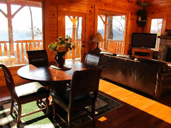 Legacy Mountain Resort: Dining and living room