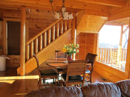 Legacy Mountain Resort: Dining room and stairs to loft
