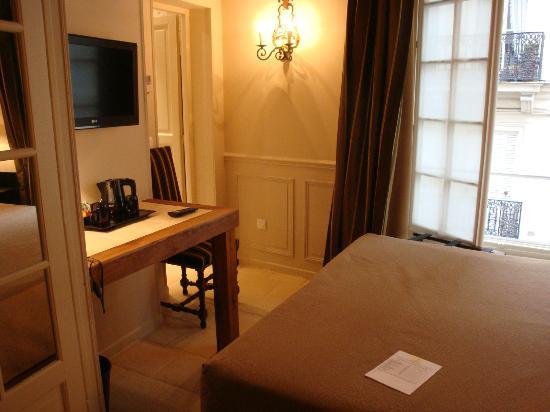 Hôtel Saint-Louis Marais : Room 202 - standing in the door way
