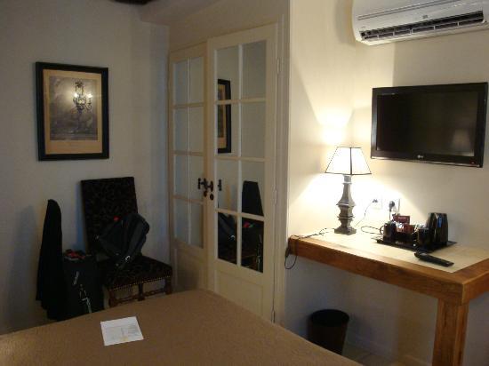 Hôtel Saint-Louis Marais : Room 202 - standing by the window