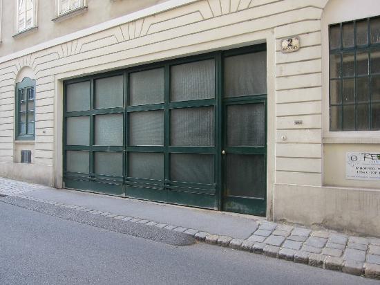 Mercure Josefshof Wien am Rathaus: street access to room (garage door + adjacent service door to parking garage