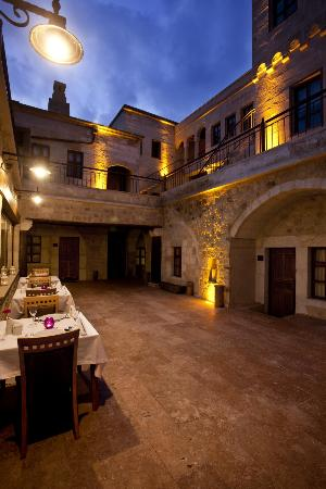 Fresco Cave Suites & Mansions: Open part of restaurant