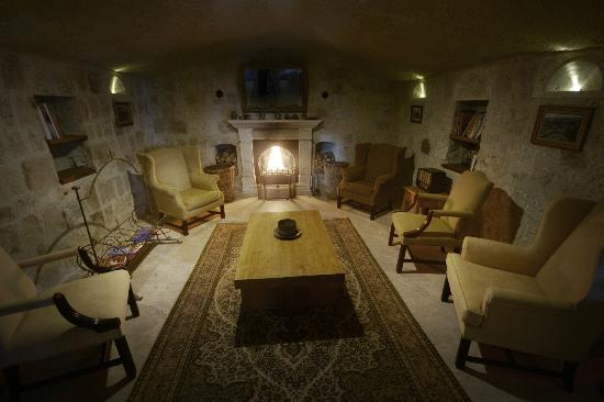 Fresco Cave Suites & Mansions: Fireplace area at lobby