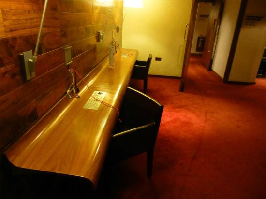 Nitenite Birmingham: Desks with broadband cables for those without WiFi