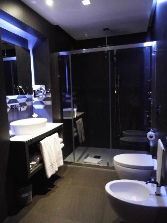Berg Luxury Hotel: Baño amplio y limpio
