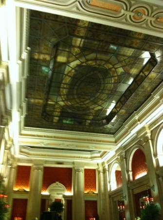 Hotel Avenida Palace: Stained glass lobby ceiling