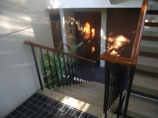 Mauna Lani Terrace Condominiums: steps down to private front door