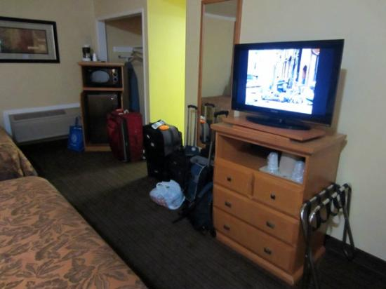 Anaheim Islander Inn and Suites: TV & dresser