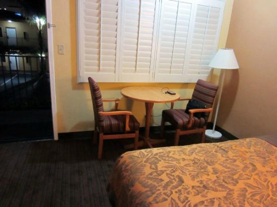 Anaheim Islander Inn and Suites: table & chairs