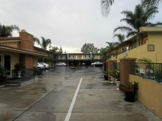 Anaheim Islander Inn and Suites: outside parking area (just after a rain)