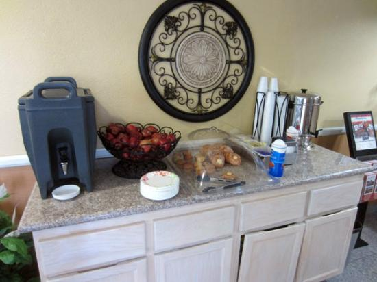 "Anaheim Islander Inn and Suites: ""Mini"" continental breakfast"