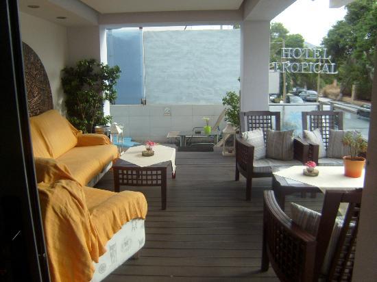 Tropical Hotel: gezellig overdekt terras