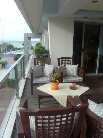 Tropical Hotel: gezellige zeteltjes op het kleine terras van het restaurant