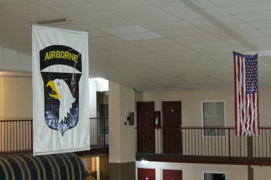 ‪وست جيت إن آند سويتس: 101st Airborne Division (Air Assault) banner above pool.